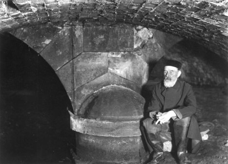 Mr W. H. Duignan enjoys his birthday under The Bridge in 1904 (Walsall Local History Centre)